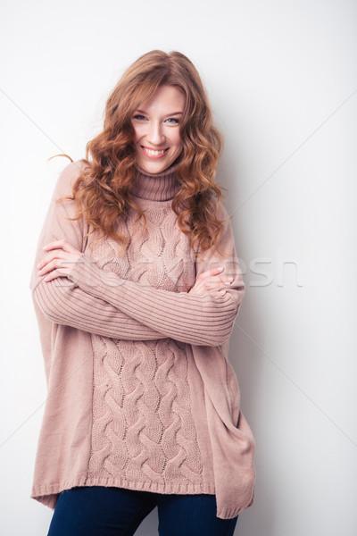 Gülümseyen kadın ayakta silah katlanmış portre yalıtılmış Stok fotoğraf © deandrobot