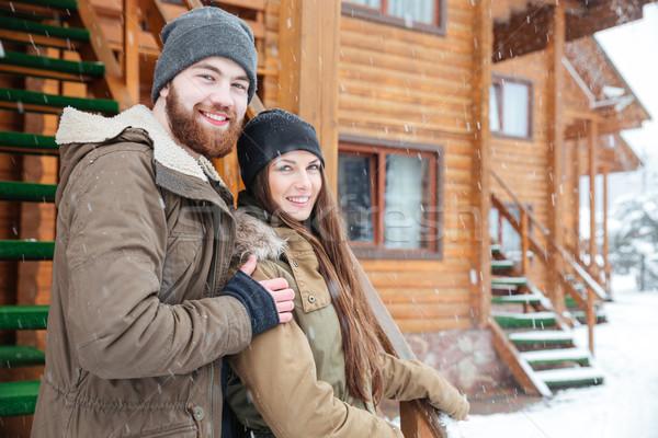 Couple permanent ensemble bois chalet météorologiques Photo stock © deandrobot
