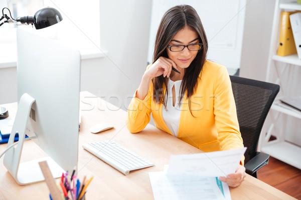 Işkadını okuma kâğıt işyeri ofis mutlu Stok fotoğraf © deandrobot