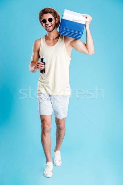Homem resfriamento saco ombro caminhada potável Foto stock © deandrobot