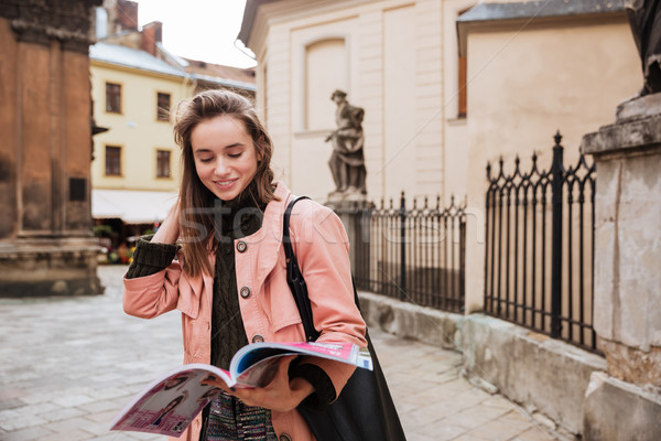 красивой брюнетка пальто журнала улице фон Сток-фото © deandrobot