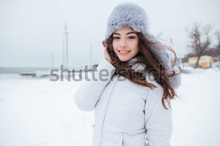 Stockfoto: Geconcentreerde · jonge · vrouw · hoed · praten · telefoon