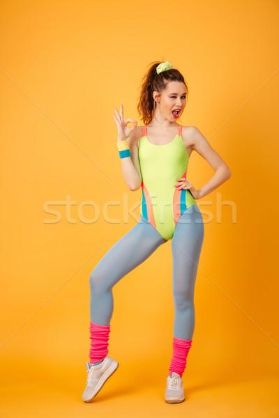 Gülen genç uygunluk bayan poz sarı Stok fotoğraf © deandrobot