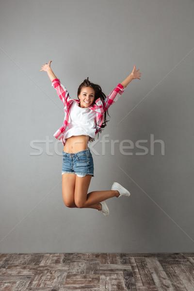 Fotografia radosny pretty woman przypadkowy nosić skoki Zdjęcia stock © deandrobot