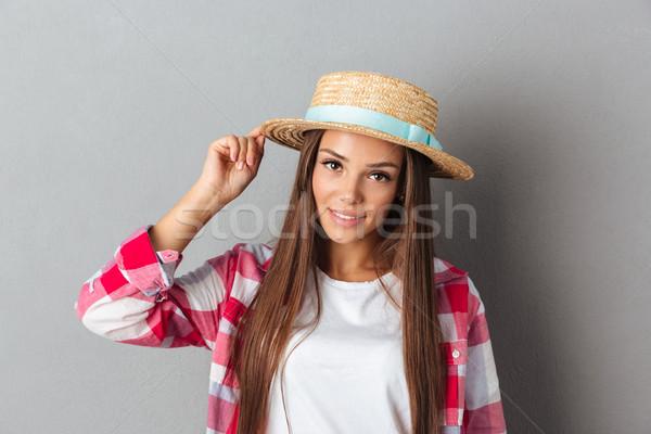 Jungen lächelnde Frau Strohhut schachbrettartig Shirt schauen Stock foto © deandrobot