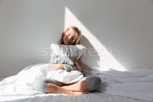Portrait souriant petite fille oreiller séance Photo stock © deandrobot