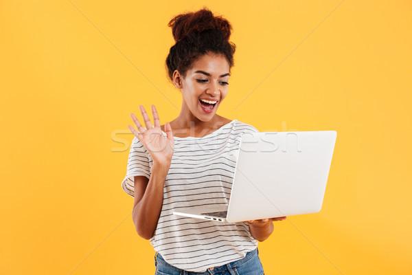 Jonge positief cool dame krulhaar met behulp van laptop Stockfoto © deandrobot