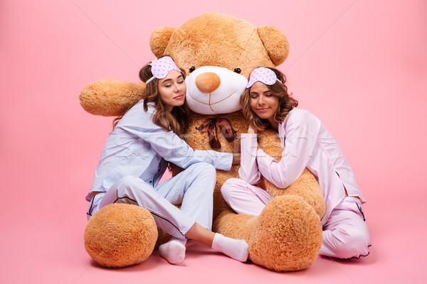 Kettő fiatal csinos lányok pizsama alszik Stock fotó © deandrobot