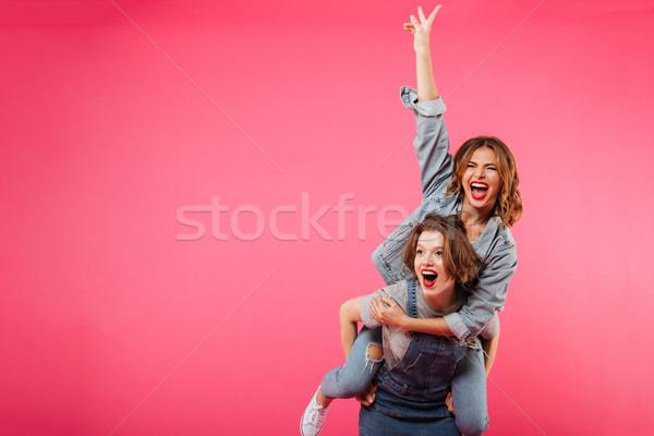 Emocjonalny zdumiewający dwie kobiety zabawy odizolowany obraz Zdjęcia stock © deandrobot