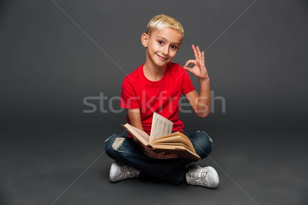 Alegre pequeño nino nino lectura libro Foto stock © deandrobot