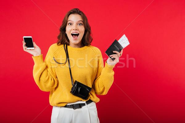 Foto stock: Retrato · alegre · mujer · teléfono · móvil · pasaporte
