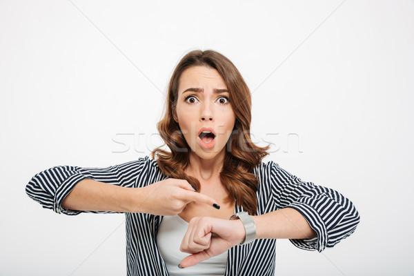 Portret bang toevallig meisje wijzend Stockfoto © deandrobot