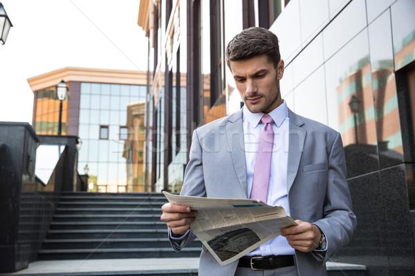 Zakenman lezing krant buitenshuis portret knap Stockfoto © deandrobot
