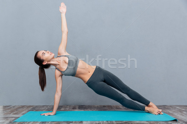 Fiatal csinos nő fekete sportruha gyakorol jóga Stock fotó © deandrobot