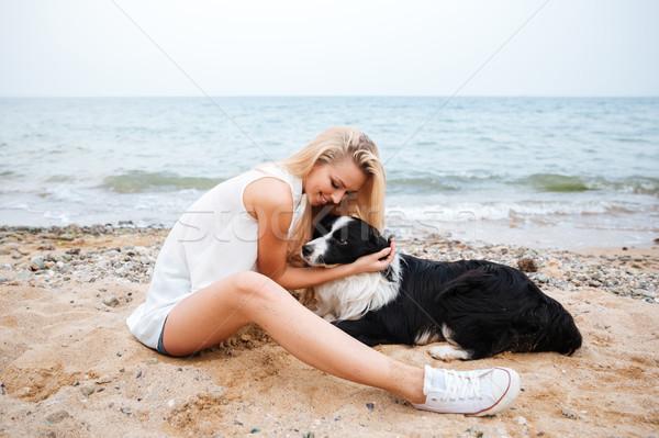 Glimlachende vrouw hond strand glimlachend mooie Stockfoto © deandrobot
