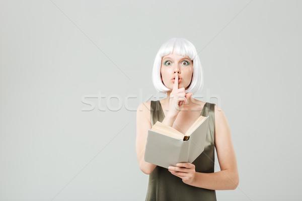 Bastante mulher jovem silêncio assinar leitura Foto stock © deandrobot