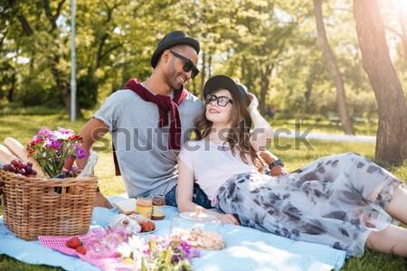 Foto d'archivio: Coppia · amore · riposo · picnic · parco