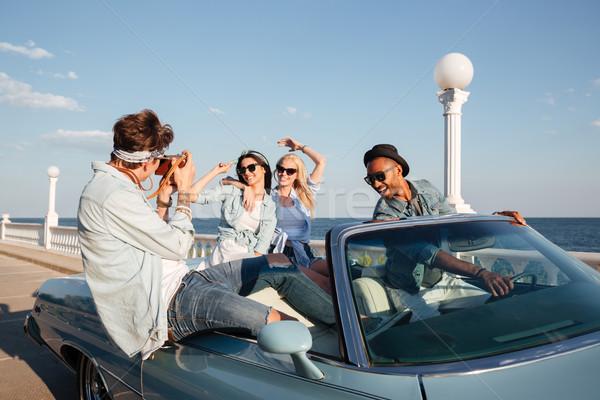 Hermosa jóvenes conducción cabriolé hablar fotos Foto stock © deandrobot