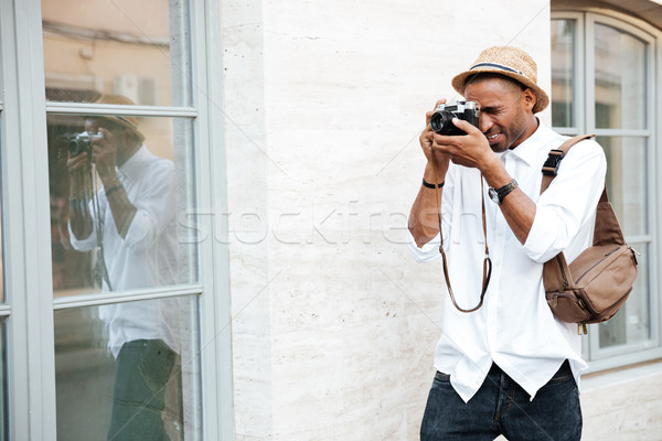 Africano fotógrafo rua homem feliz cabelo Foto stock © deandrobot
