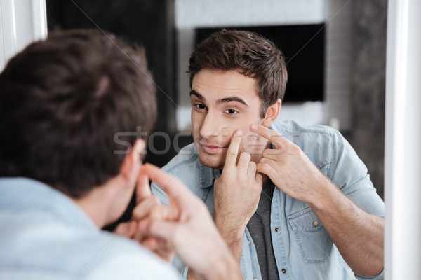 Man badkamer portret naar spiegel Stockfoto © deandrobot