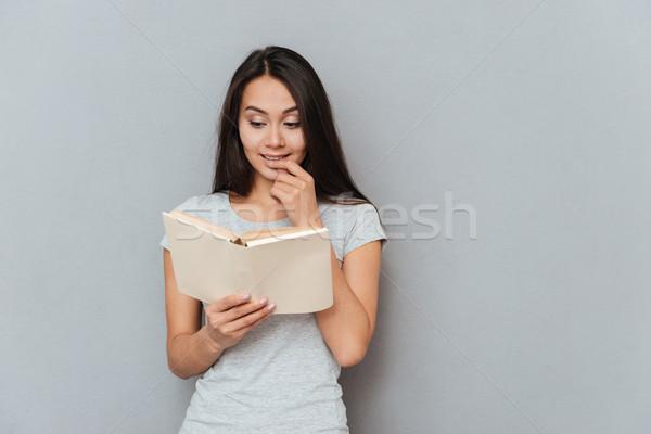 Zufrieden Frau Lesung Buch Finger grau Stock foto © deandrobot