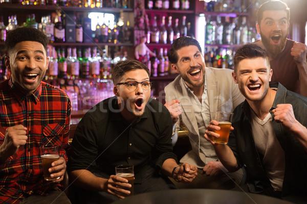 Boldog barátok szórakozás kocsma néz sport Stock fotó © deandrobot