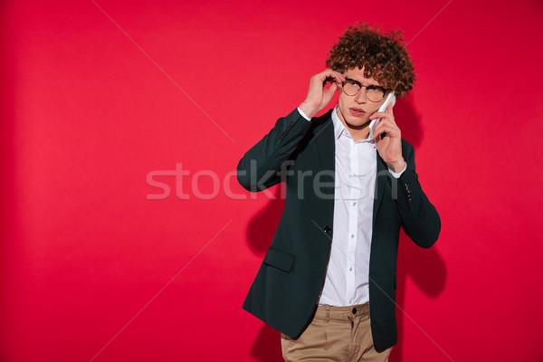 Mann weiß Shirt Jacke sprechen Handy Stock foto © deandrobot