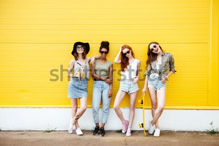 Сток-фото: улыбаясь · женщины · друзей · Постоянный · желтый · стены