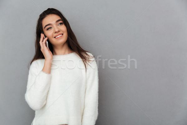 Jóvenes sonriendo mujer atractiva hablar teléfono móvil mirando Foto stock © deandrobot