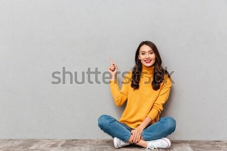 Zijaanzicht peinzend gelukkig vrouw vergadering vloer Stockfoto © deandrobot