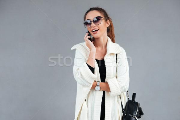 Stockfoto: Vrolijk · jonge · vrouw · zonnebril · lopen · buitenshuis