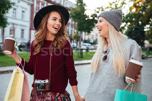 Portré kettő örömteli mosolyog lányok tart Stock fotó © deandrobot