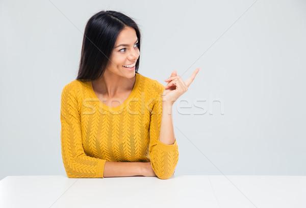 Stok fotoğraf: Kadın · oturma · tablo · işaret · parmak · uzak