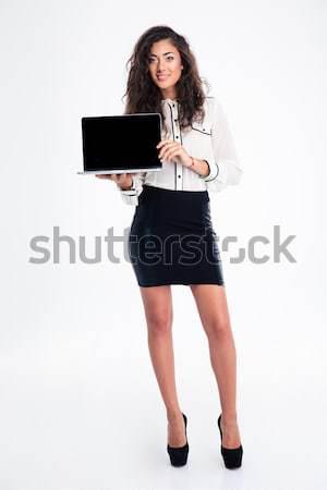 Zakenvrouw tonen laptop computer scherm portret Stockfoto © deandrobot