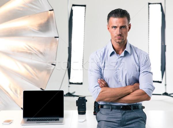 Empresario pie armas doblado retrato estudio Foto stock © deandrobot
