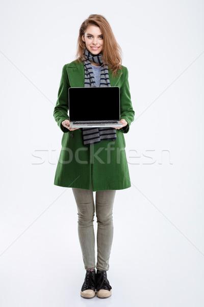 Mulher verde casaco computador portátil tela Foto stock © deandrobot