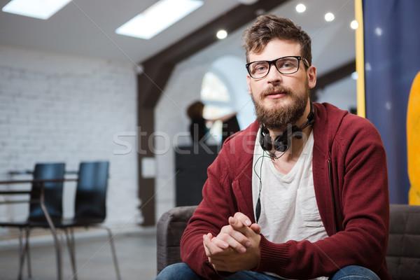 óculos barba sessão sofá marrom Foto stock © deandrobot