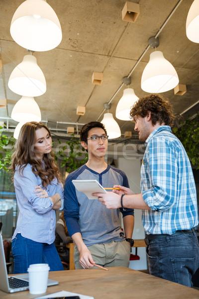 Fiatal ambiciózus csapat emberek dolgoznak új projekt Stock fotó © deandrobot