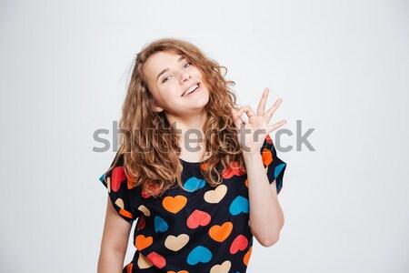 Glimlachende vrouw lolly tonen vrede teken Stockfoto © deandrobot