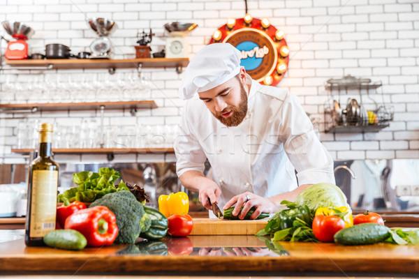 Concentrado chef cocinar pie verduras frescas Foto stock © deandrobot