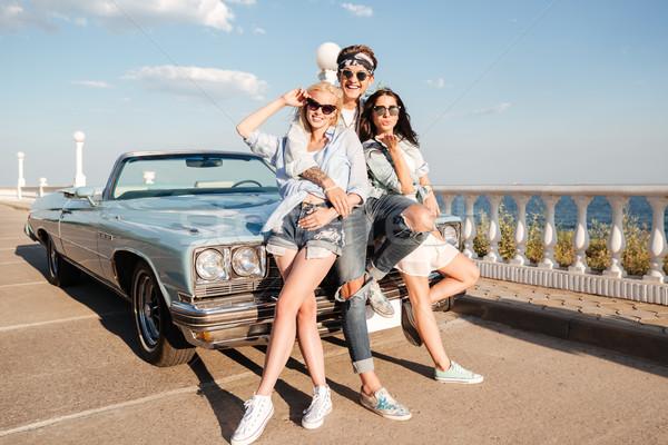 Vrolijk man twee gelukkig vrouwen permanente Stockfoto © deandrobot