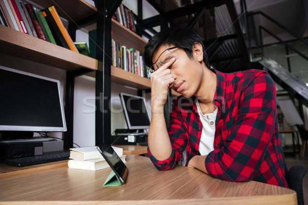 Moe asian mannelijke student tablet bibliotheek Stockfoto © deandrobot