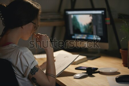 Młodych zagęszczony brodaty internetowych projektant pracy Zdjęcia stock © deandrobot