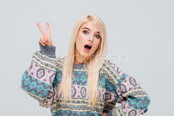 Opgewonden jonge blonde vrouw trui tonen overwinning Stockfoto © deandrobot