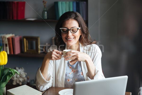 Foto stock: Sorridente · atraente · maduro · óculos · copo