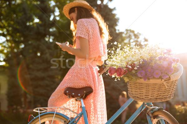 Młodych pani odkryty rower telefonu Zdjęcia stock © deandrobot