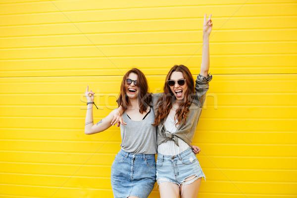 Vrolijk vrouwen vrienden permanente Geel muur Stockfoto © deandrobot