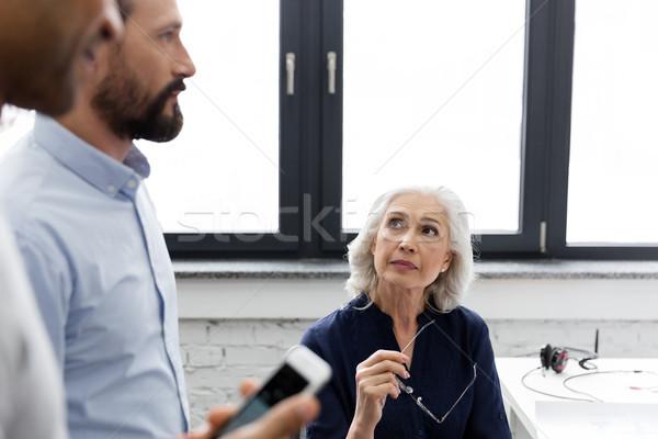 ビジネスチーム 議論 会議 オフィス 女性 作業 ストックフォト © deandrobot
