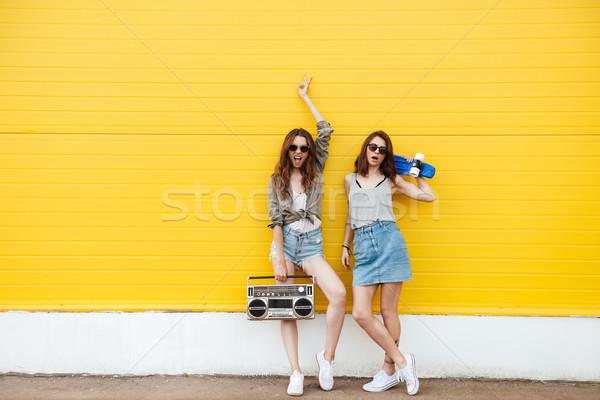 Foto stock: Feliz · mujeres · amigos · pie · amarillo · pared
