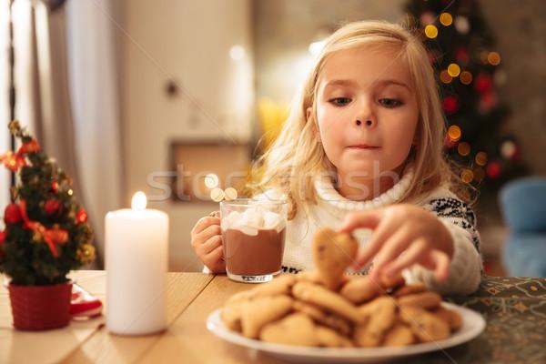 Vicces kislány csésze forró csokoládé elvesz keksz Stock fotó © deandrobot